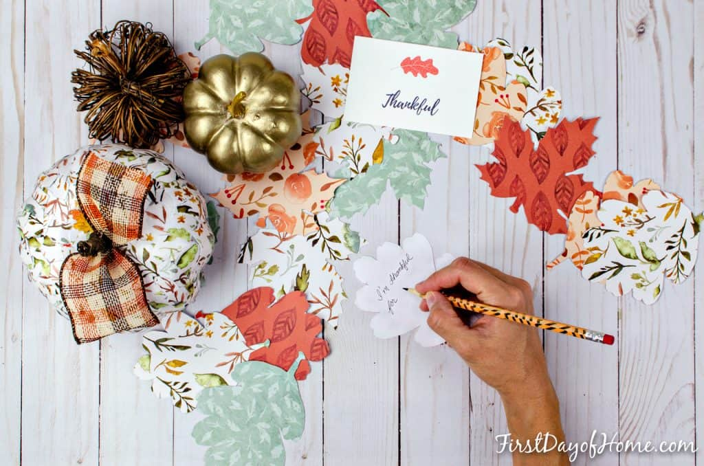 Gratitude tree activity for families with printable leaves and DIY pumpkins #gratitudetreecraft #gratitudetreeprintable #gratitudetreeideas #gratitudetreeforkids #gratitudetreediy