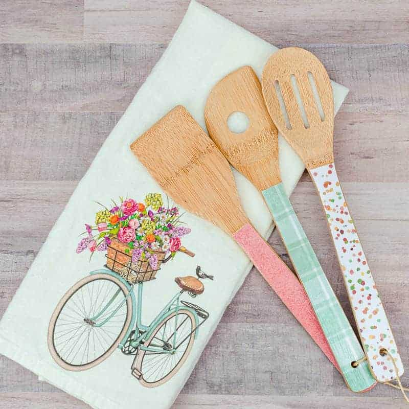 How to decoupage wooden spoons with Mod Podge
