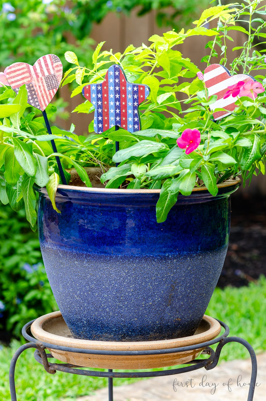 Americana patriotic garden stakes DIY project in blue flower pot