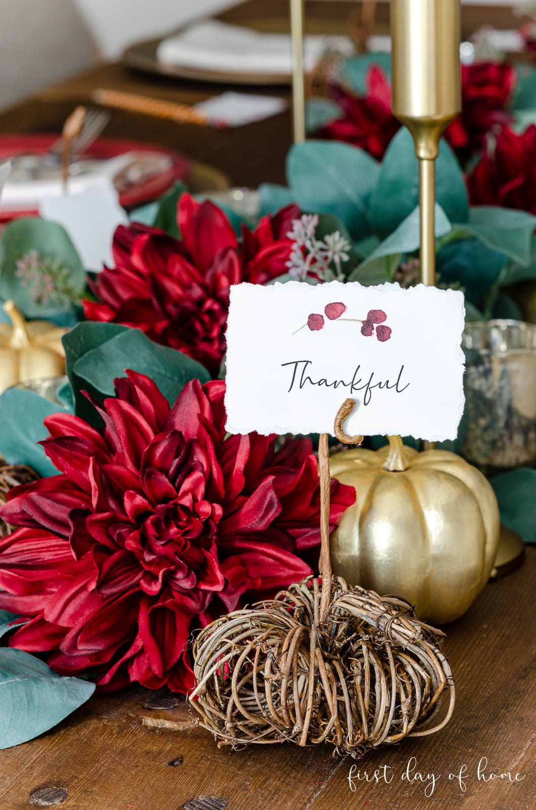 "DIY place card with the word ""thankful"" on Thanksgiving tablescape"