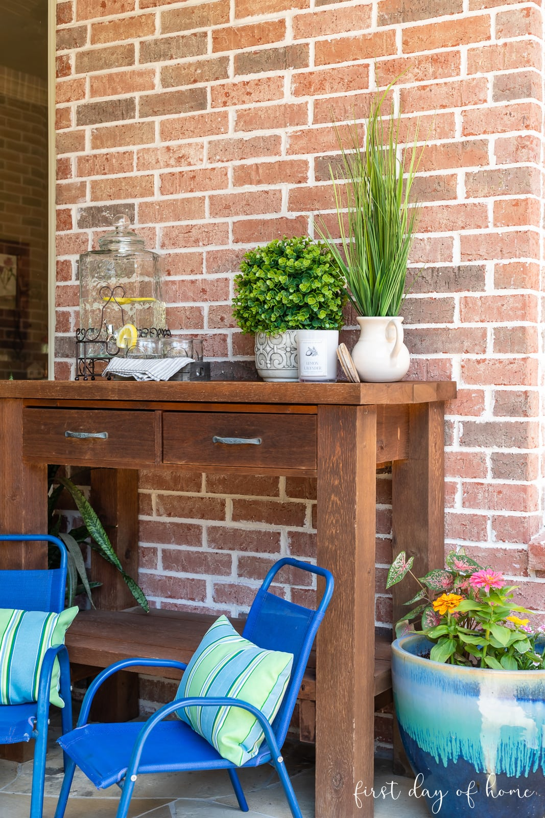 Outdoor patio decor with small kids chairs